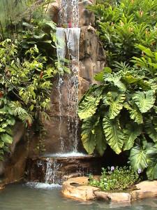 vodopád v Domaine de Valombreuse