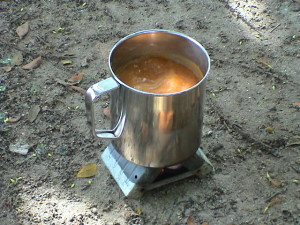 nejlevnější stravování - lihový vařič a polévka z pytlíku
