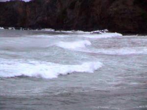 spěněné moře hnané větrem u Tartane
