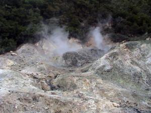 """Sulphur Springs - sopečný kráter - jediné místo na světě, kde vede silnice kráterem činné sopky (""""Drive-in-volcano"""")"""
