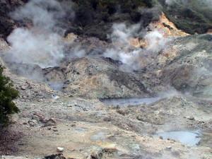 Sulphur Springs - sopečný kráter - jediné místo na světě kde vede silnice sopečným kráterem (Drive-in-Volcano)