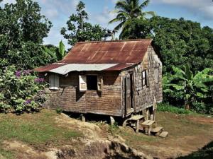 karibský dřevěný dům na kůlech