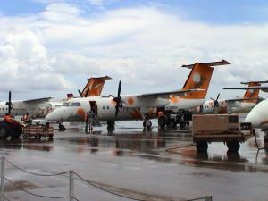 letadla DHC-8 společností Caribbean Sun a Caribbean Star na V. C. Bird Airport