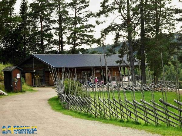 Budova u vstupu k přírodní rezervaci Döda fallet, kde se platí vstupné a kde se můžete najíst dobrého jídla. Všimněte si plotu, který je tak typický pro Švédsko.