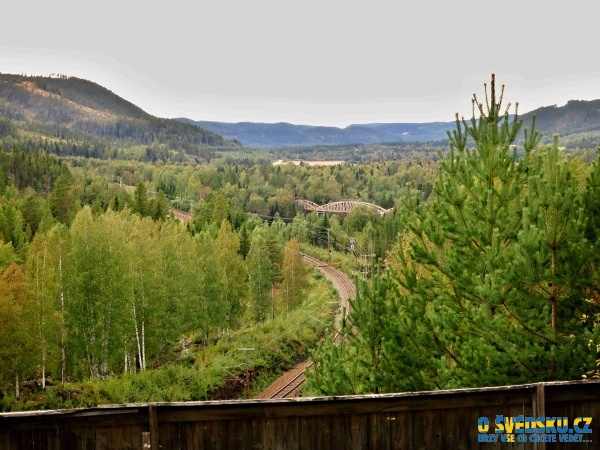 Pohled na údolí, kde kdysi bývalo 25 kilometrů dlouhé jezero.