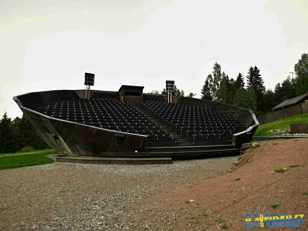 Amfiteátr, který je u vstupu do areálu a kde se během roku pořádají představení převážně s historickou tématikou.