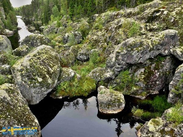 Malá jezírka v otvorech obrovských kamenů nejsou vyjímkou. Kruhový motiv je zde velmi častý.