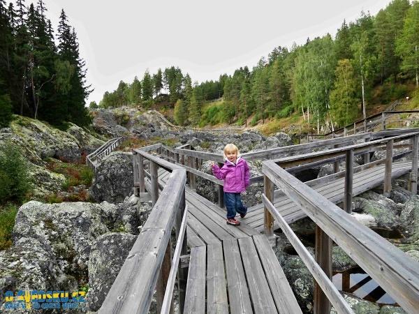 Dřevěné lávky a schody, po kterých se v rezervaci chodí jsou bezpečné, ale nezapomínejte, že děti mají na tyhle věci jiný názor, takže pozor. Pořád jsme v divoké severské přírodě.