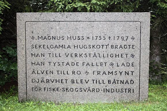 Náhrobní kámen Magnuse Husse, kterého proslavila katastrofa na jezeře Ragundasjö a jeho jméno je dnes spojováno s Döda fallet.
