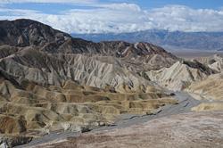 Vyhlídka Zabriskie point v Údolí smrti nabízí bezútěšnou krajinu, kde vládne sucho a žár.