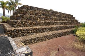Pyramida č. 5 se jediná nedochovala v původní podobě – na zachovalý nejspodnější stupeň byly další kameny během práce na nalezišti znovu navršeny