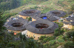 Pohled na komplex Čtyři ídla a polévka z vyhlídky nad vesnicí